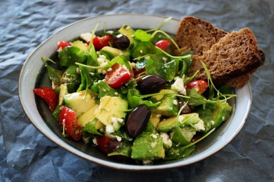 vegetable-salad-with-wheat-bread-on-the-side-1213710